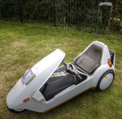 Sinclair_C5_with_high_vis_mast.jpg